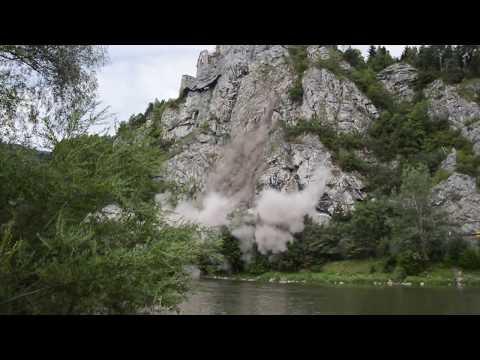 Pád skál na vozovku z brala pod hradom Strečno