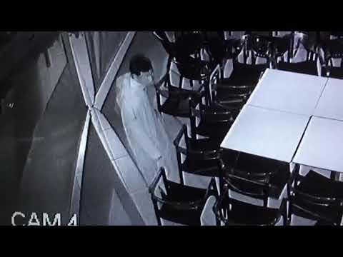 شاهد .. شفار بوجه مكشوف يسرق كراسي مقهى بمراكش