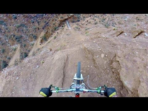 Backflip au dessus d'un canyon