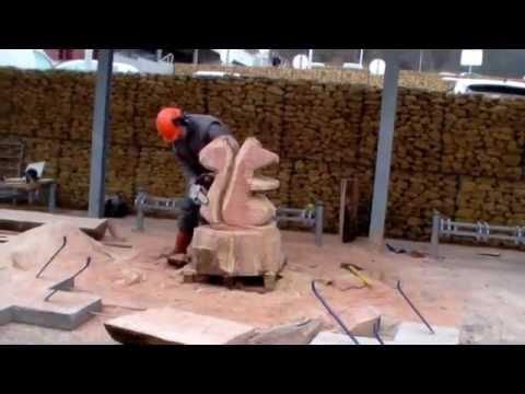 sculpture sur bois la tron onneuse table ext rieur youtube. Black Bedroom Furniture Sets. Home Design Ideas