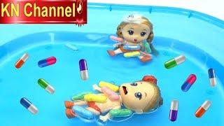 Đồ chơi trẻ em BÚP BÊ KN Channel BƠI TRONG BỂ BƠI ĐẦY VIÊN THUỐC THẦN KỲ