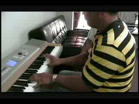 Guido Manrique Tocando Piano