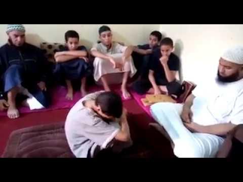 مؤثر : طفل مغربي يجهش بالبكاء أثناء ختمه للقرآن على شيخه