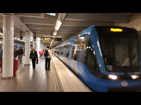 Varför finns det räfflade plattor på till exmepl plattformar i tunnelbanan. Se den här filmen så får du veta mer om hur synskdadade tar sig fram säkrare i kollektivtrafiken.