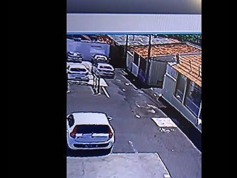 Carro causa acidente em estacionamento de supermercado