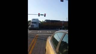 U panici su snimili stravičan udar vlaka u kamion pun auta (VIDEO)