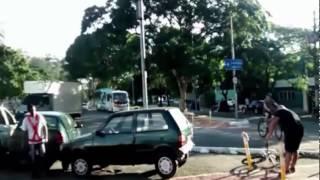 Parkirao je svoj automobil tačno na biciklističkoj stazi, a onda je jednom nabildanom biciklisti PUKAO FILM! (VIDEO)