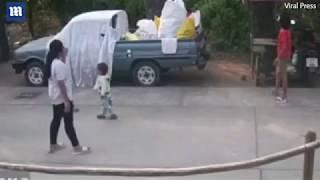 NJEGA ČUVAJU ANĐELI: Kada vidite kako je ovaj dvogodišnji dječak izbjegao sigurnu smrt, UHVATIĆETE SE ZA GLAVU! (VIDEO)