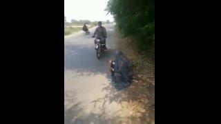 Motociklista se zaustavio na cesti i krenuo da udijeli nešto novca prosjaku koji je sjedio na zemlji… BOLJE DA NIJE! (VIDEO)