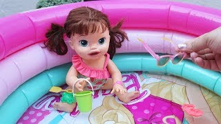a16d5dc46c Vamos arrumar a Baby Alive Sara Comilona com Maiô novo para tomar banho de  piscina. Minha boneca brincando na água para refrescar neste calor  ) Siga .
