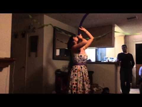 Другарката изведува трик со балон на приватна забава
