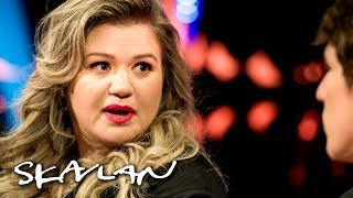 Kelly Clarkson explains why she doesn't stay in touch with her father | SVT/NRK/Skavlan