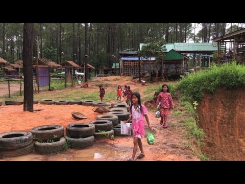 أطفال يجمعون النفايات البلاستيكية لتلقّي العلم في كمبوديا
