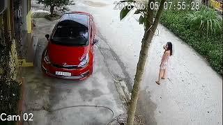 Cô gái dành cả thanh xuân chỉ để lùi xe xuống đường