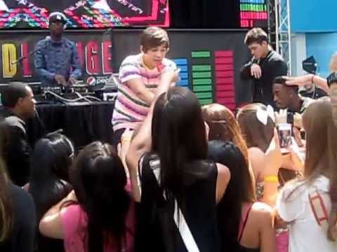 Baixar What About Love - Austin Mahone live at Mall of America, MN