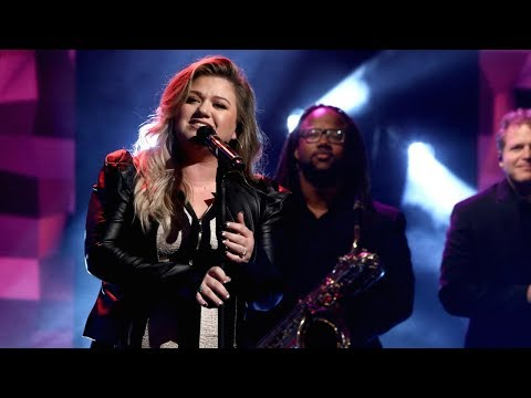 Kelly Clarkson Performs 'Love So Soft'
