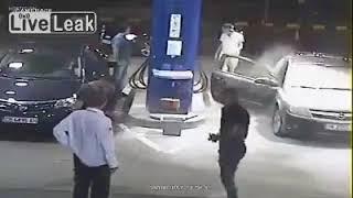 Rekao mu je da ugasi cigaretu dok toči gorivo, no on ga je samo ignorisao. Pogledajte šta mu je uradio RADNIK SA BENZINSKE! (VIDEO)