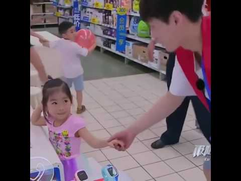 Exo Lay with a CUTE little girl