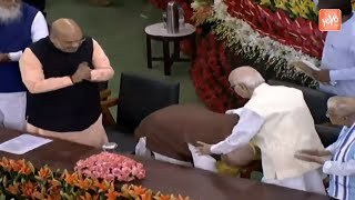 PM Modi Touches Feet Of Advani In Central Hall of Parliame..