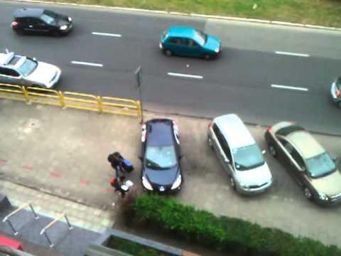 Kobieta wyjeżdża tyłem z parkingu...