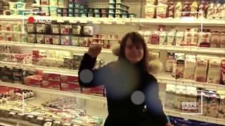 Moments de rires entre étudiants et professeurs à l'épicerie
