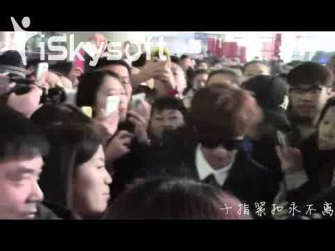 EXO 루한Luhan almost fell down and be pushed in Beijing Airport (Too crowd, so scary and mess)