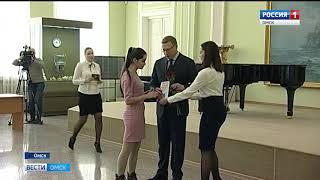 Александр Бурков вручил омским школьникам паспорта