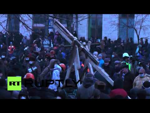 Giant catapult constructed in Kiev as violent protests continue