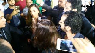 فوضى أحمد حلمي ومنى زكي وأنغام أثناء خروجهم من عزاء نور الشريف     -