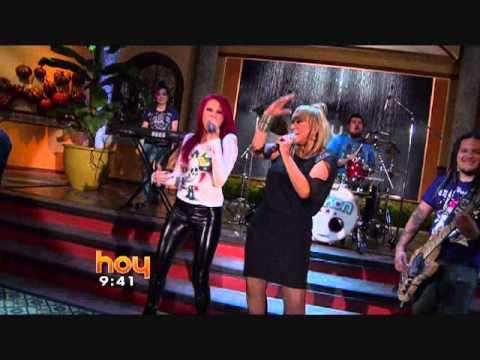 Silikon y Laura León cantando la nueva versión de