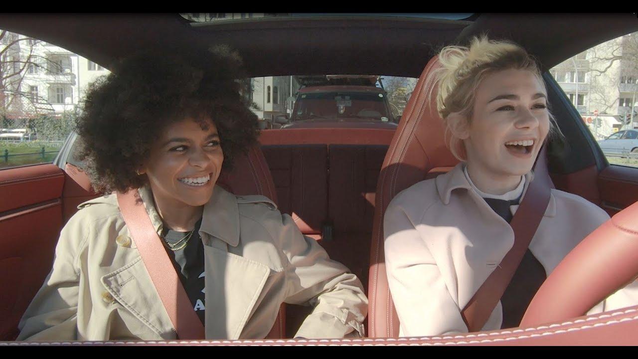 Zwei Moderatorinnen im Partnerlook: Porsche Talks mit Ronja von Rönne und Aminata Belli