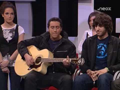 Alberto Garcia toca y canta para Amaia Montero