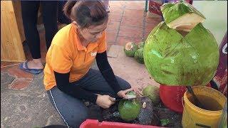 Cô gái chặt Dừa 3 Nhát đặc sản Phan Thiết cực khéo