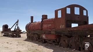 Xe lửa động cơ hơi nước bị bỏ hoang (The train was abandoned. Steam engine trains are abandoned)