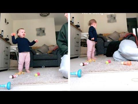 Смешен трик за родители - мајка го смирува детето плачејќи како него