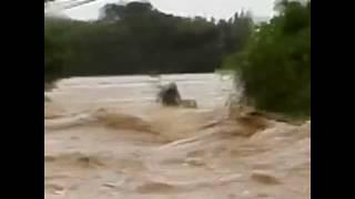 Dân mắc kẹt trong làn nước lũ do bão Mangkhut gây ra (VOA)