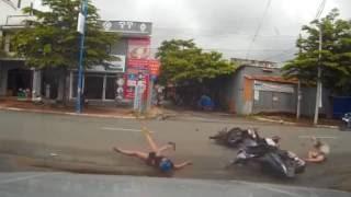 Clip: Hai xe máy tông nhau kinh hoàng giữa ngã tư