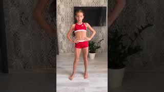Юный фитнес-тренер Арина Денисова показывает утреннюю гимнастику