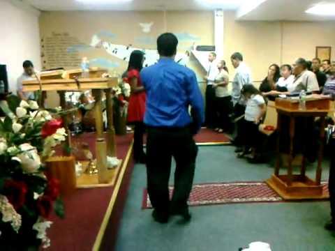 Evangelista Ramon Perez cantando un coro de fuego pentecostal