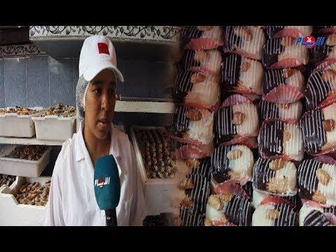 شاهد إقبال المغاربة على شراء الحلويات ليلة العيد