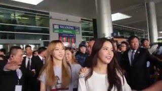"""Nhóm nhạc đình đám BTS khiến hàng trăm fan """"náo loạn"""" tại sân bay"""