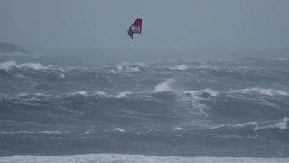 Windsurfer en pleine tempête force 10 !