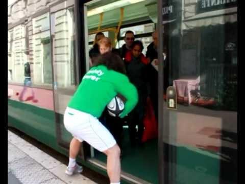 Italia - Irlanda - Sei Nazioni - Rugby - Rugbista placca i passanti correndo per il centro di Roma!